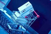 Fényképek szállítási csomagolás dobozok a bevásárlókosár laptop billentyűzet