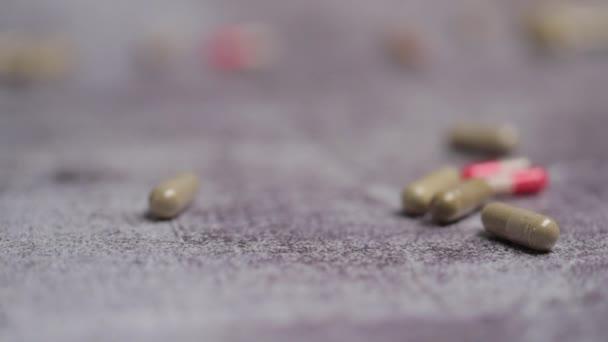 medizinische Kapseln, die auf den Boden fallen, Nahsicht