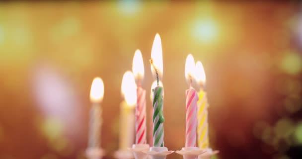 plameny barevných narozeninových svíček, detailní záběr
