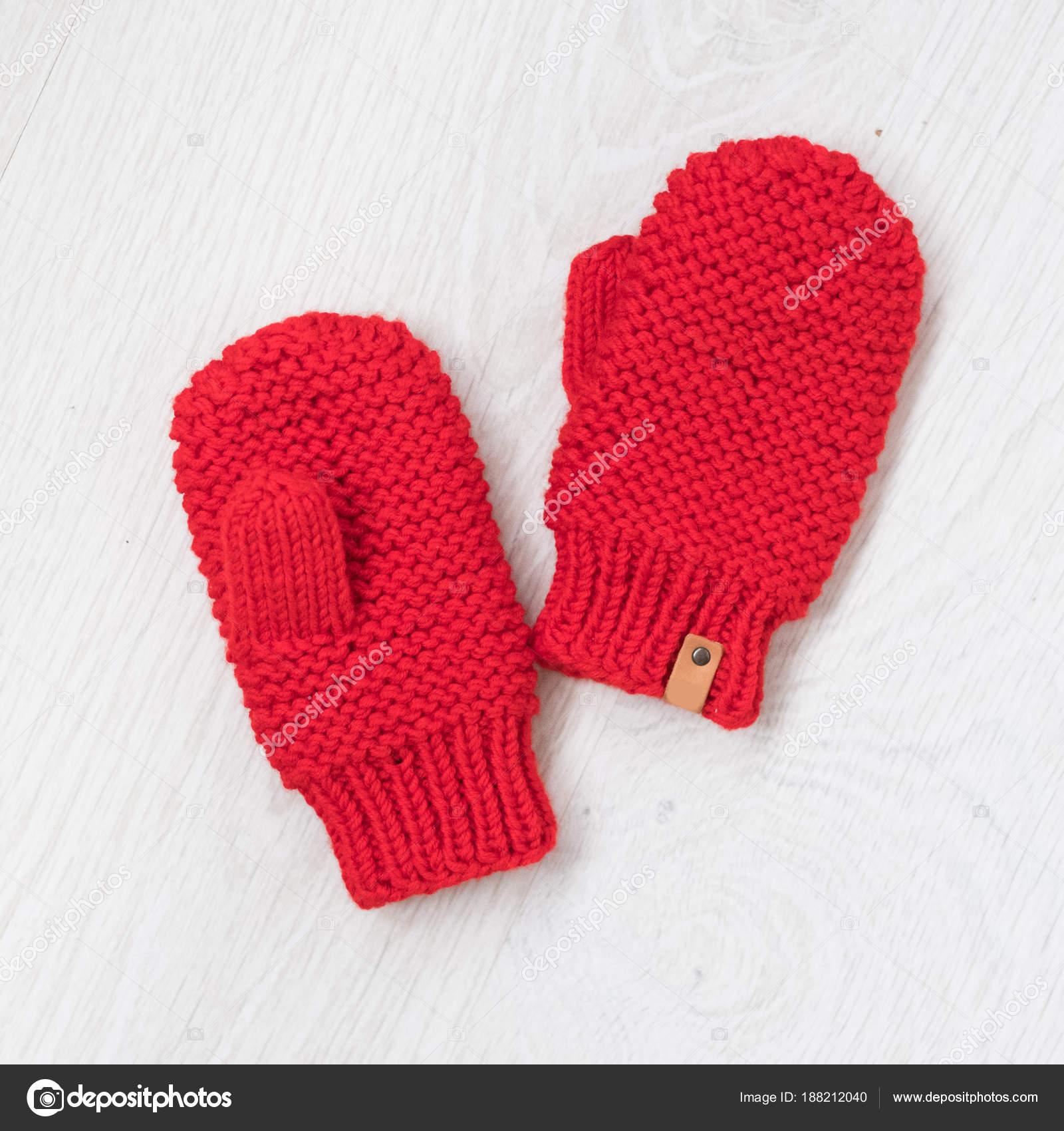 8b0196b24b8 Roztomilé děti útulný pletené zimní rukavice-palčáky — Fotografie od ...
