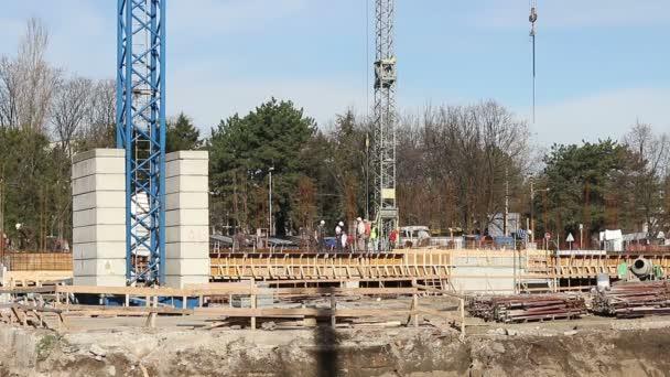 Stavební dělníci pracují na budování staveniště
