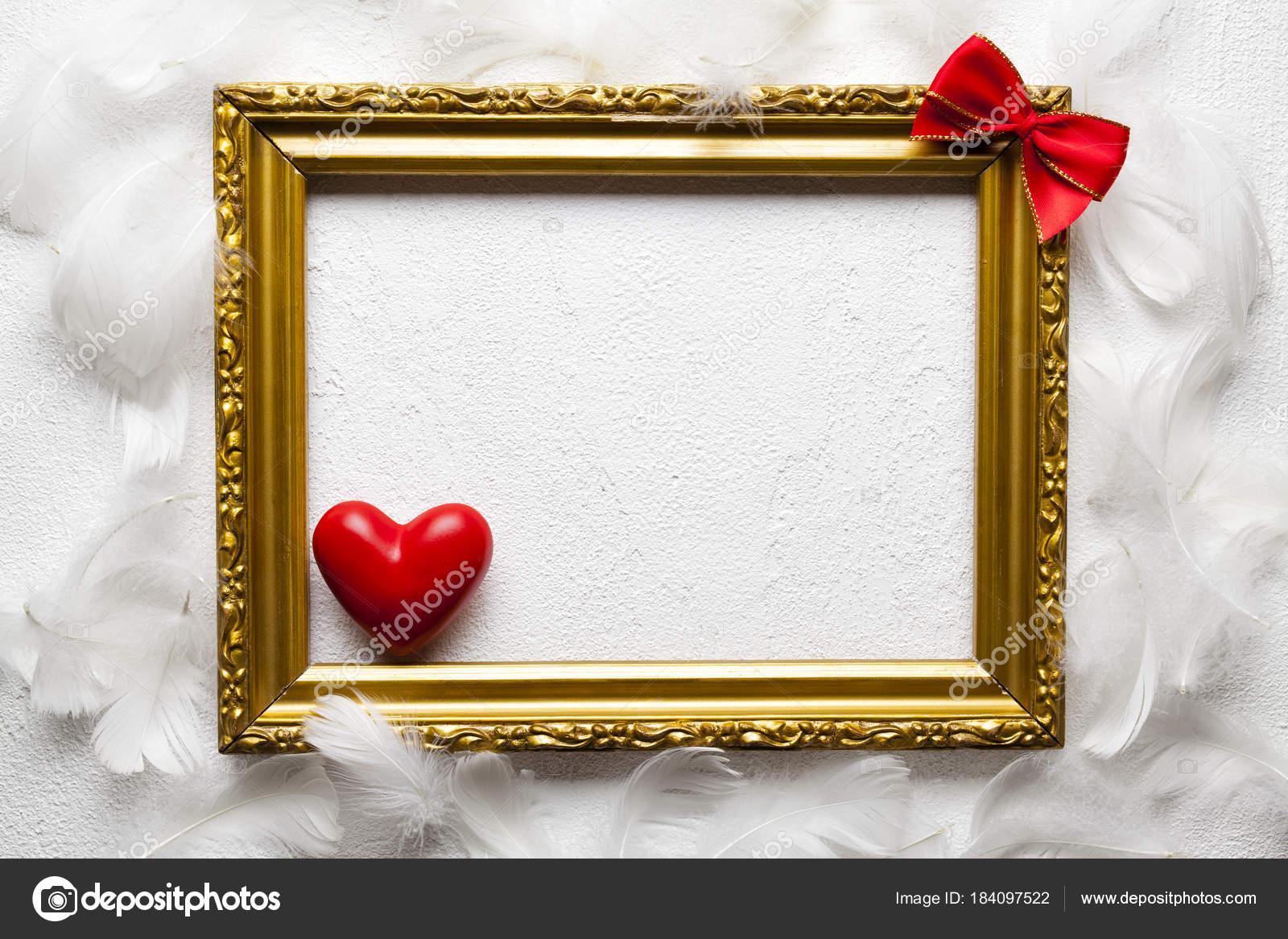 Valentinstag - Gold Bilderrahmen, rotes Herz und Bogen auf weiß ...