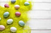 barevné velikonoční vejce na dřevěné pozadí