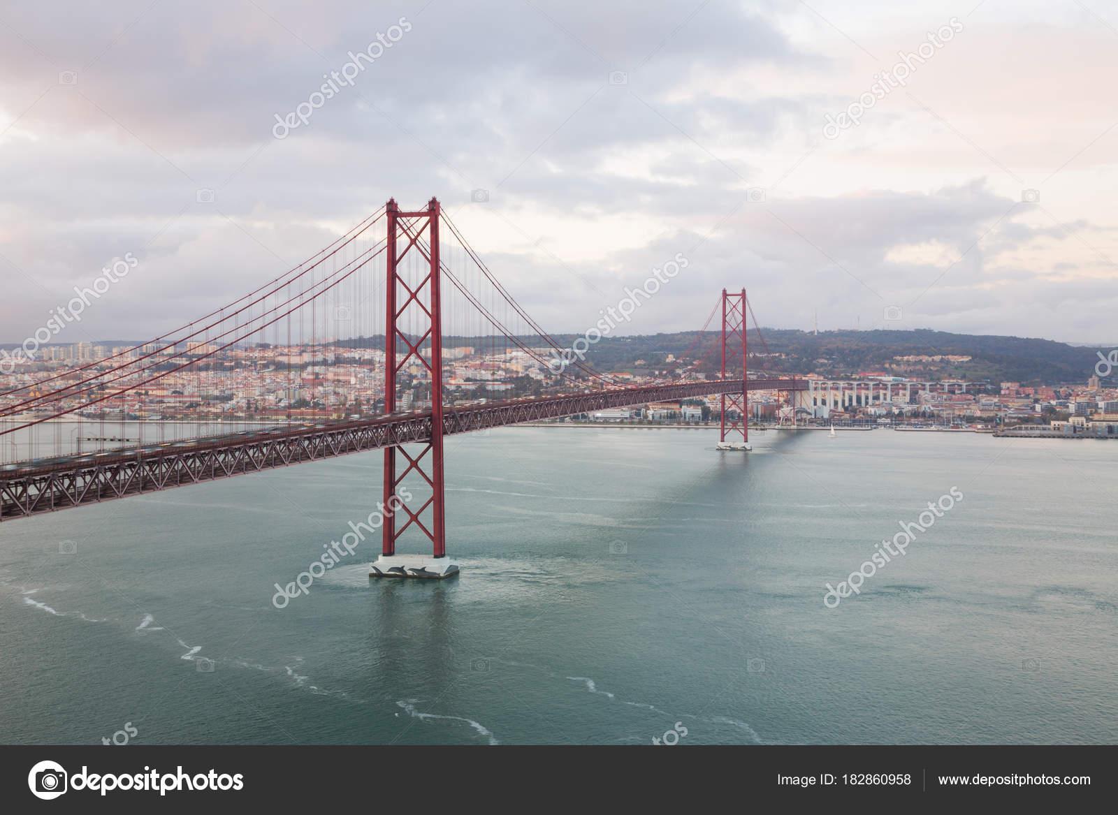 Lissabon Fluss lissabon portugal blick auf den fluss tejo den sonnenuntergang und