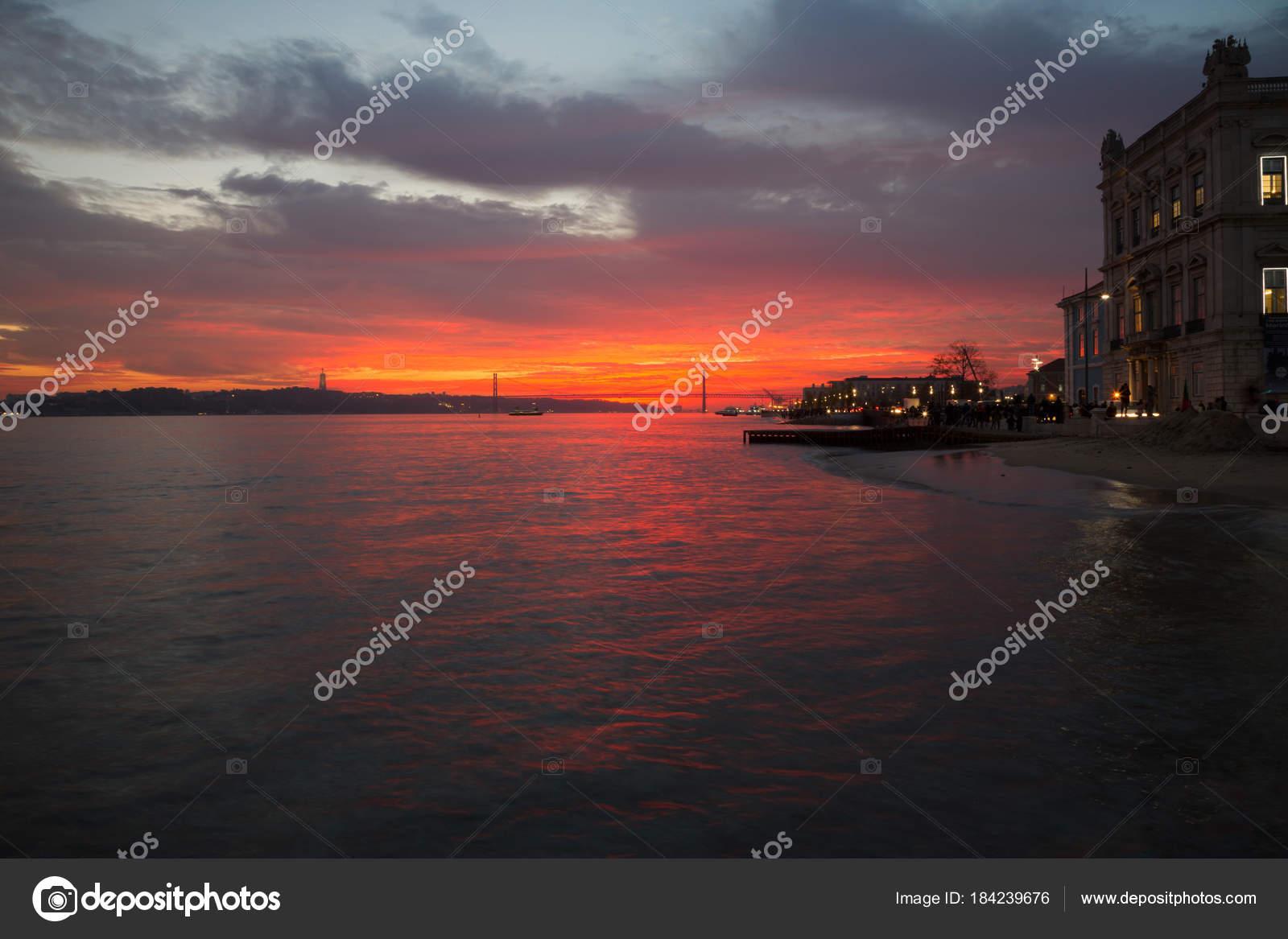 Lissabon Fluss lissabon portugal blick auf den fluss tejo den sonnenuntergang