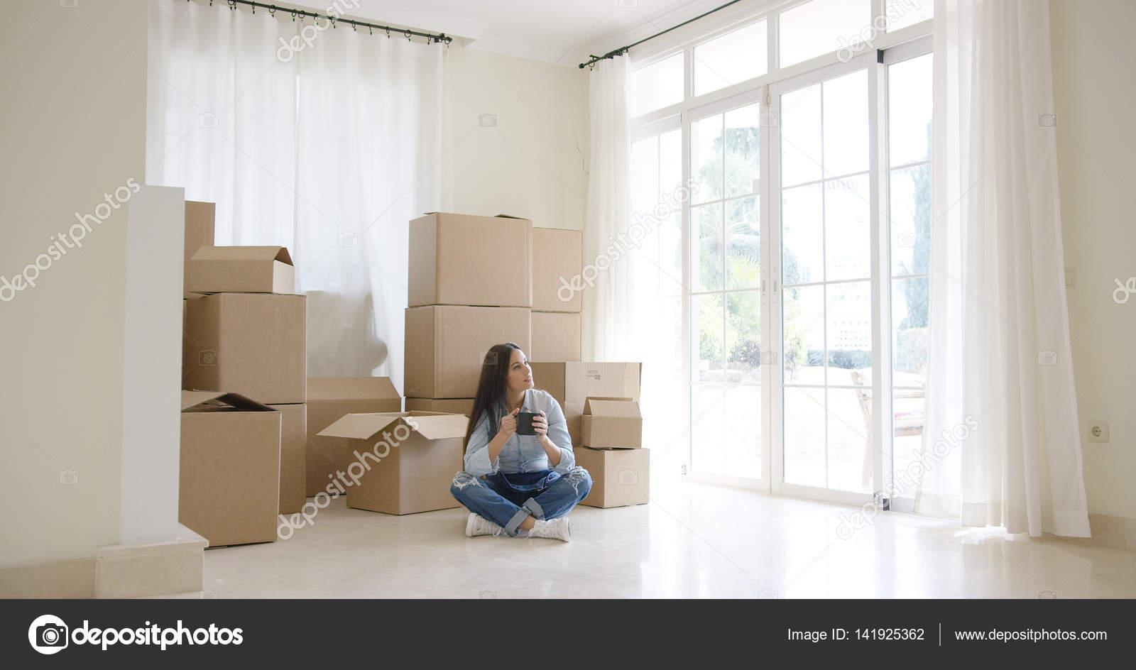 Junge Frau beginnt ein neues Leben in ein neues Zuhause — Stockfoto ...