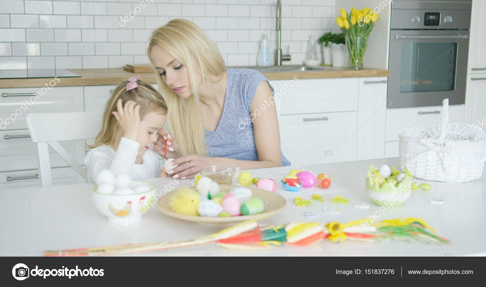 Madre e hija para colorear huevos — Foto de stock © dashek #151837276