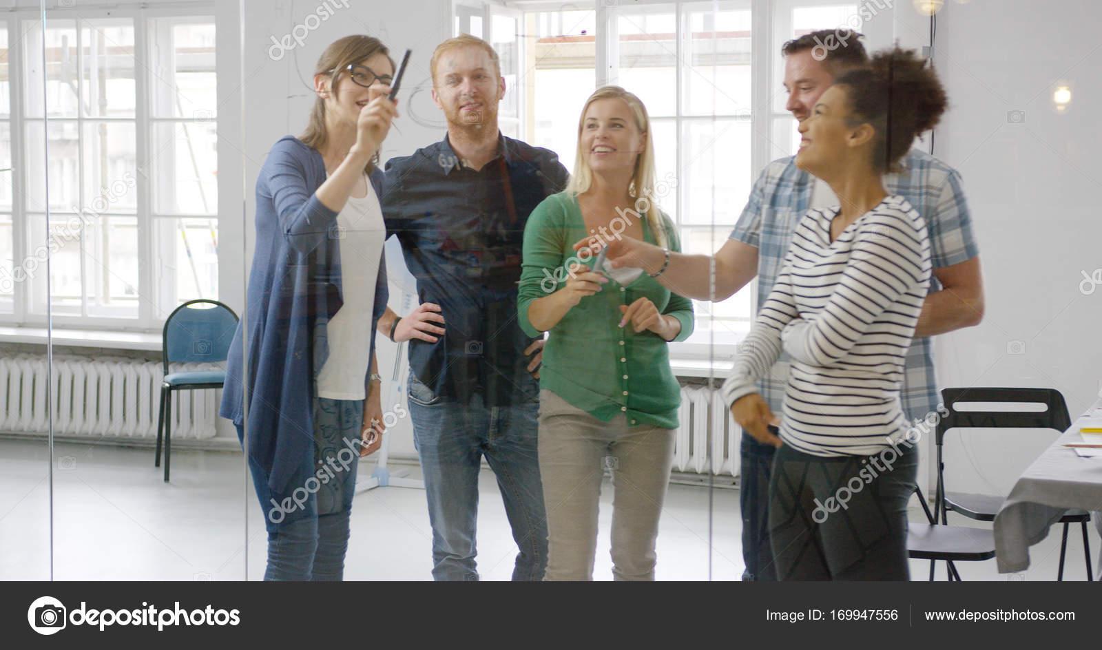 Ufficio Disegno Yoga : Allegri dipendenti in ufficio u2014 foto stock © dashek #169947556