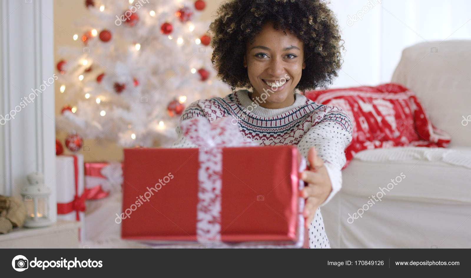 Lächeln, freundliche Frau mit einem Weihnachtsgeschenk — Stockfoto ...