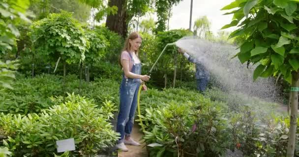 Tuin en gazon sproeien regenwater geven met gieter waterdarm en