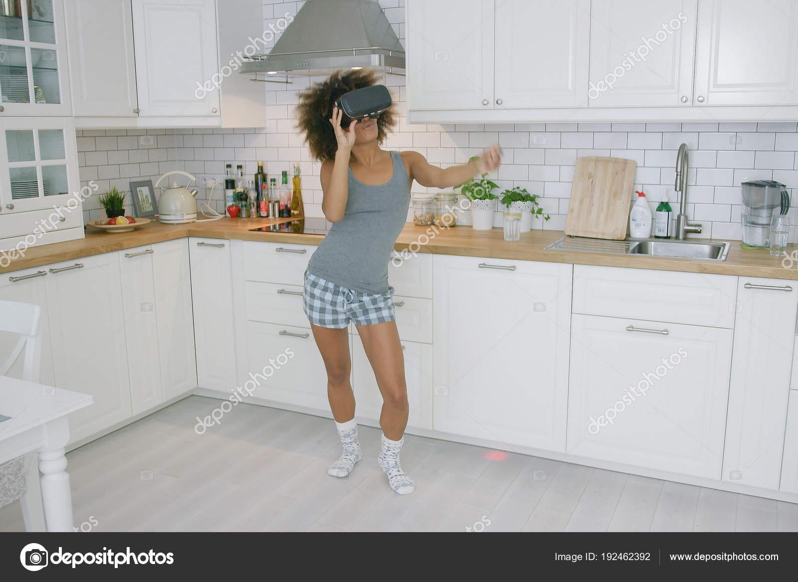 Frau im Vr-Brille tanzen in Küche — Stockfoto © dashek #192462392