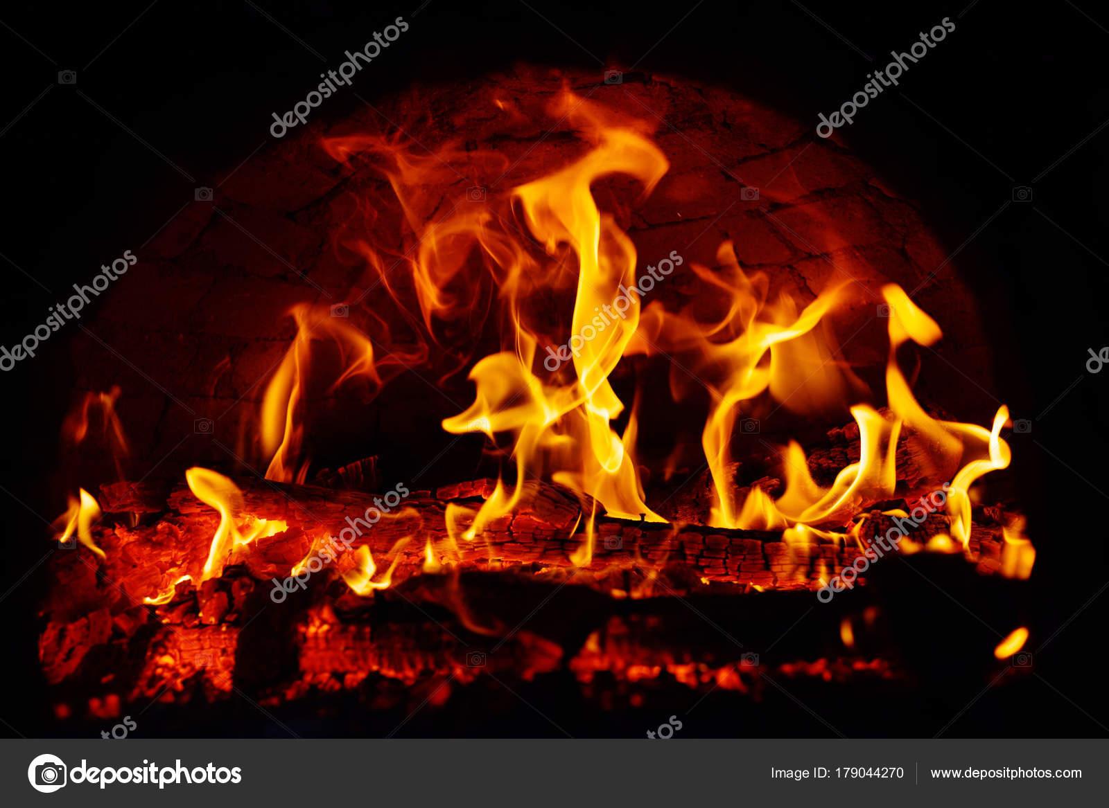 f3a819c5076 Φωτιά Καίει Νύχτα — Φωτογραφία Αρχείου © Petkov #179044270