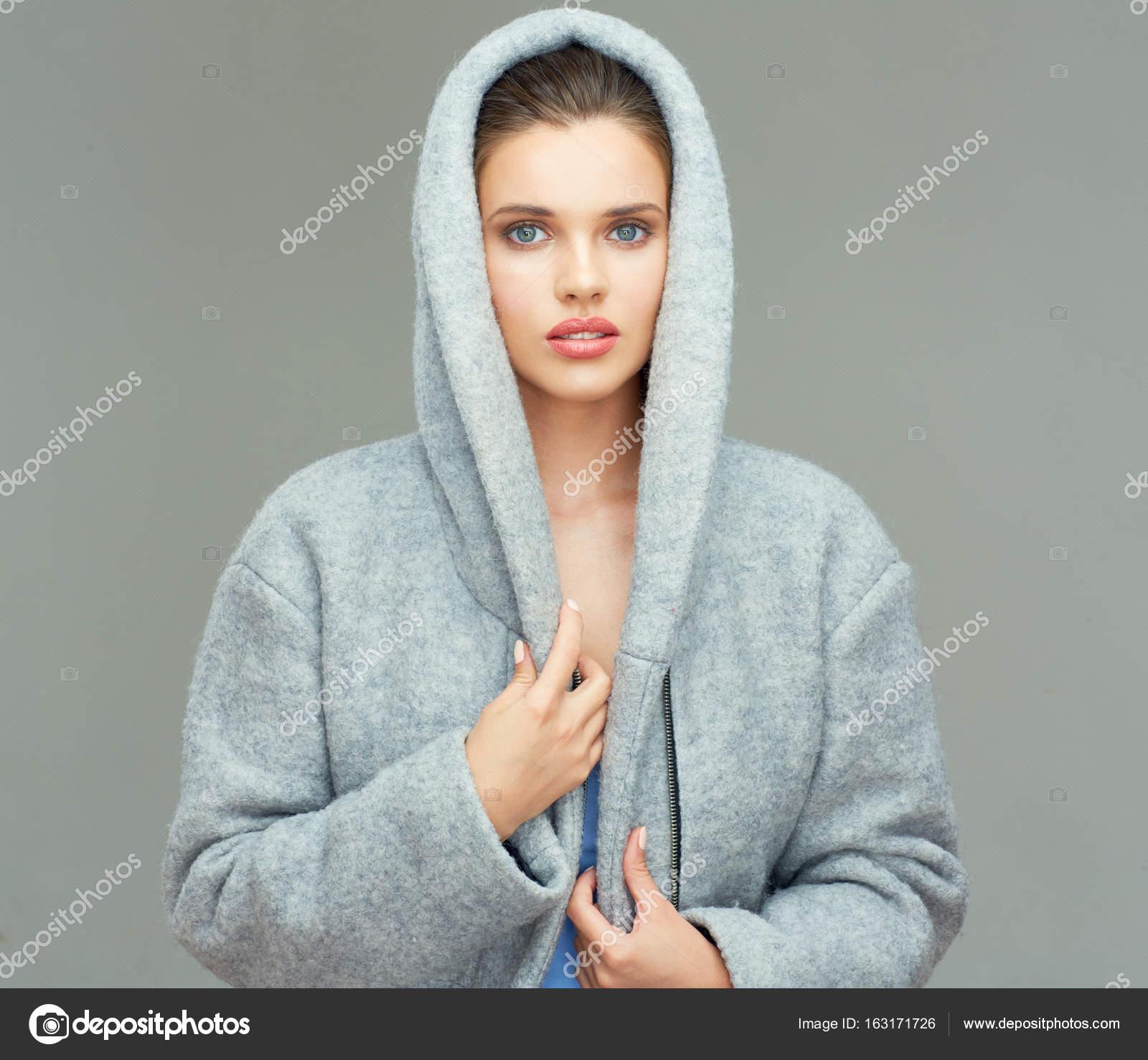 buy popular b56e6 05edb Donna che porta un cappotto grigio con cappuccio grande ...