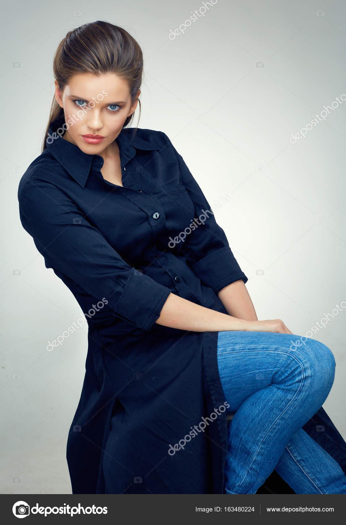 Joven Femenina De Estudio Modelo Negro Asientos En Silla Moda oxredCB