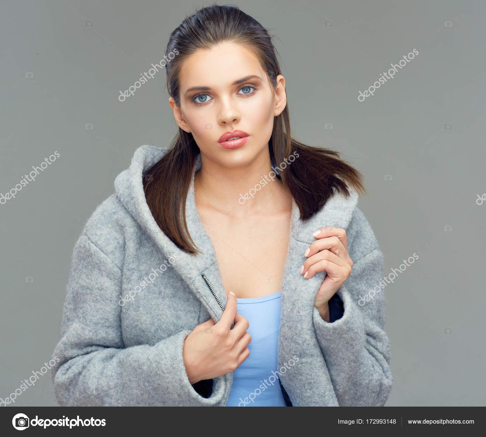 nő visel a szürke kabátot és nagy motorháztető — Stock Fotó ... ac31da88b7