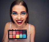 Fotografie verrückte Maskenbildner mit Clown schlimmsten Make-up Palette von Lippenstift, Frau Fehler Konzept halten