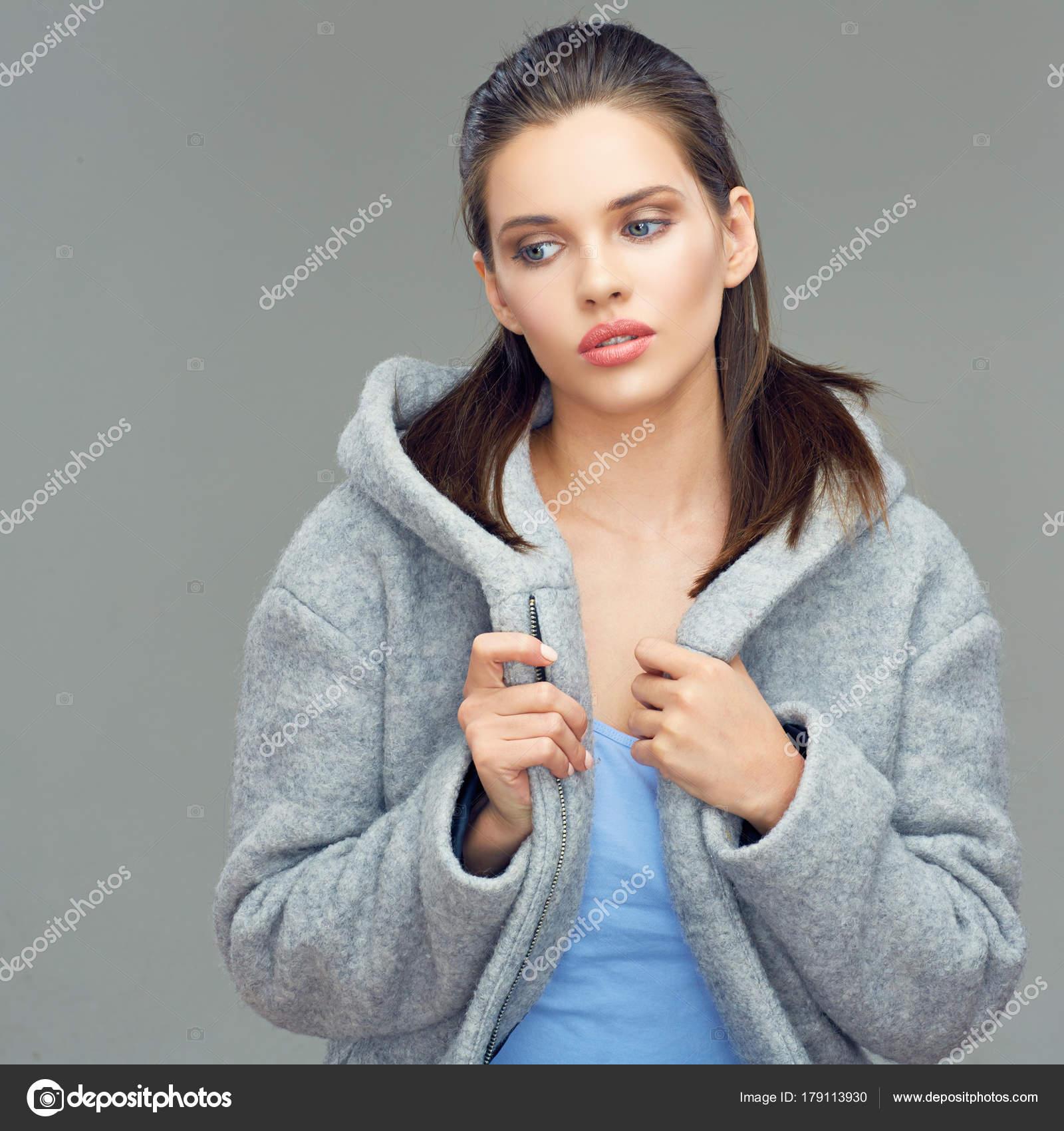 Gyönyörű Női Divat Modell Szürke Kabátot Visel Mély Hood Pózol ... 4e5b03c4f2