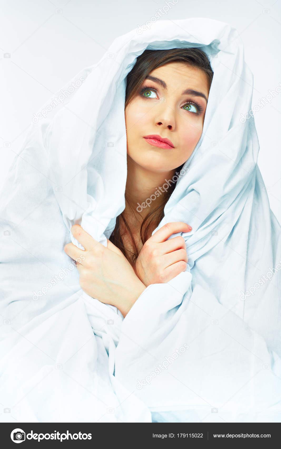 Sonar con una mujer joven vestida de blanco