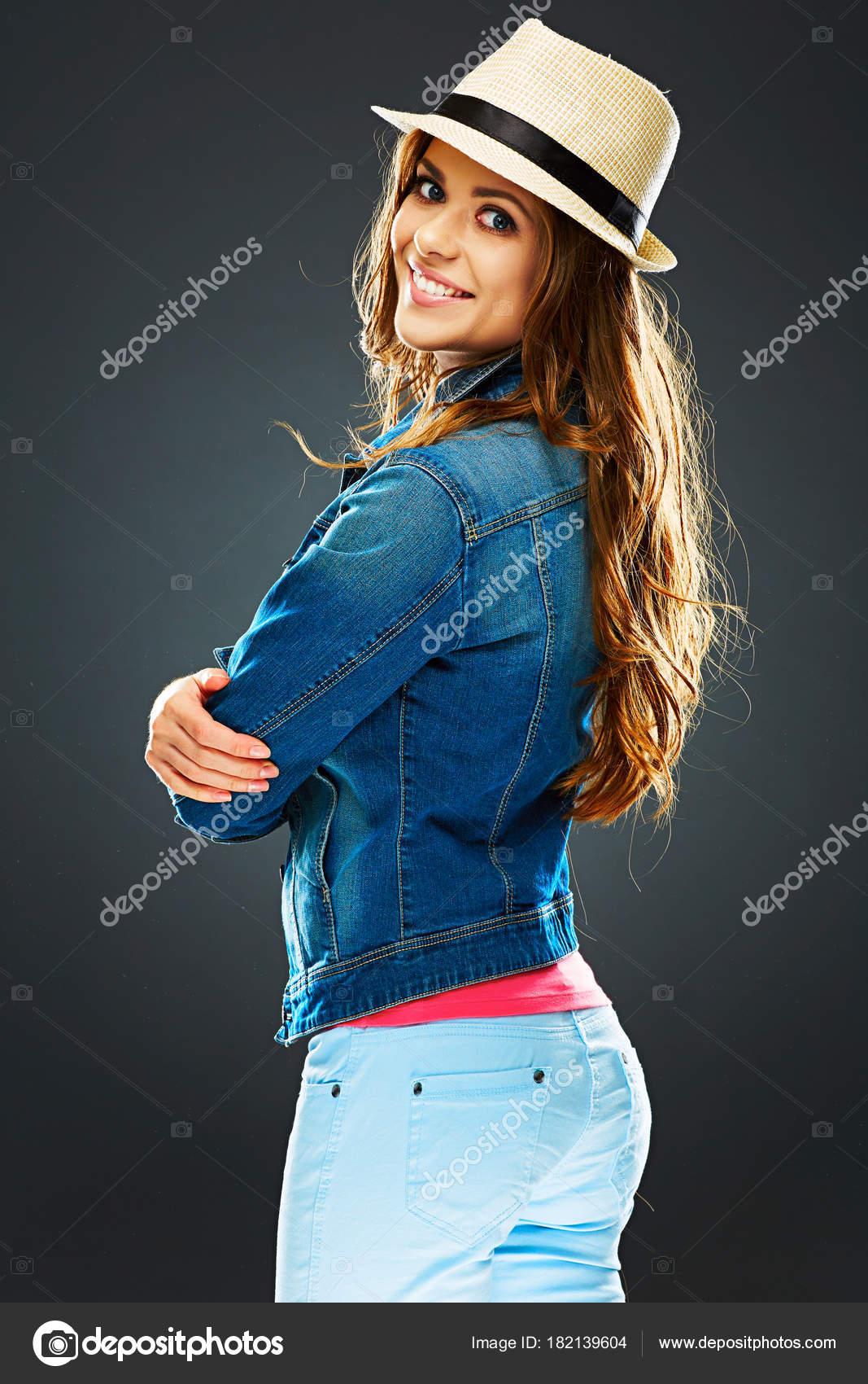 Vista Lateral Mujer Sonriente Mirando Cámara Hombro Fondo Gris — Fotos de  Stock 5877766ebec9