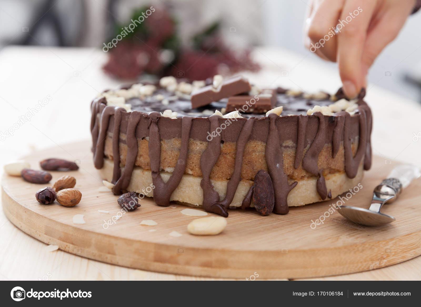 Eine Hand Die Einen Kuchen Dekorieren Stockfoto C Blanaru 170106184