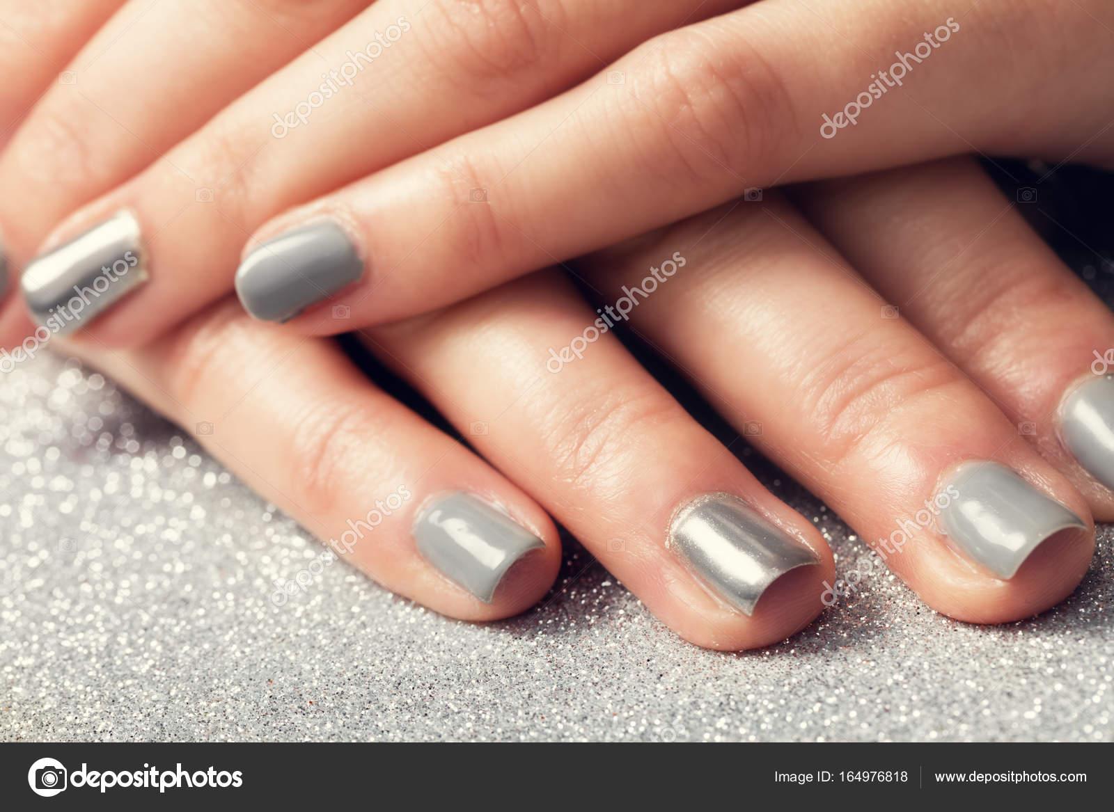Frau Nägel mit glänzenden Silber Hybrid Maniküre — Stockfoto ...