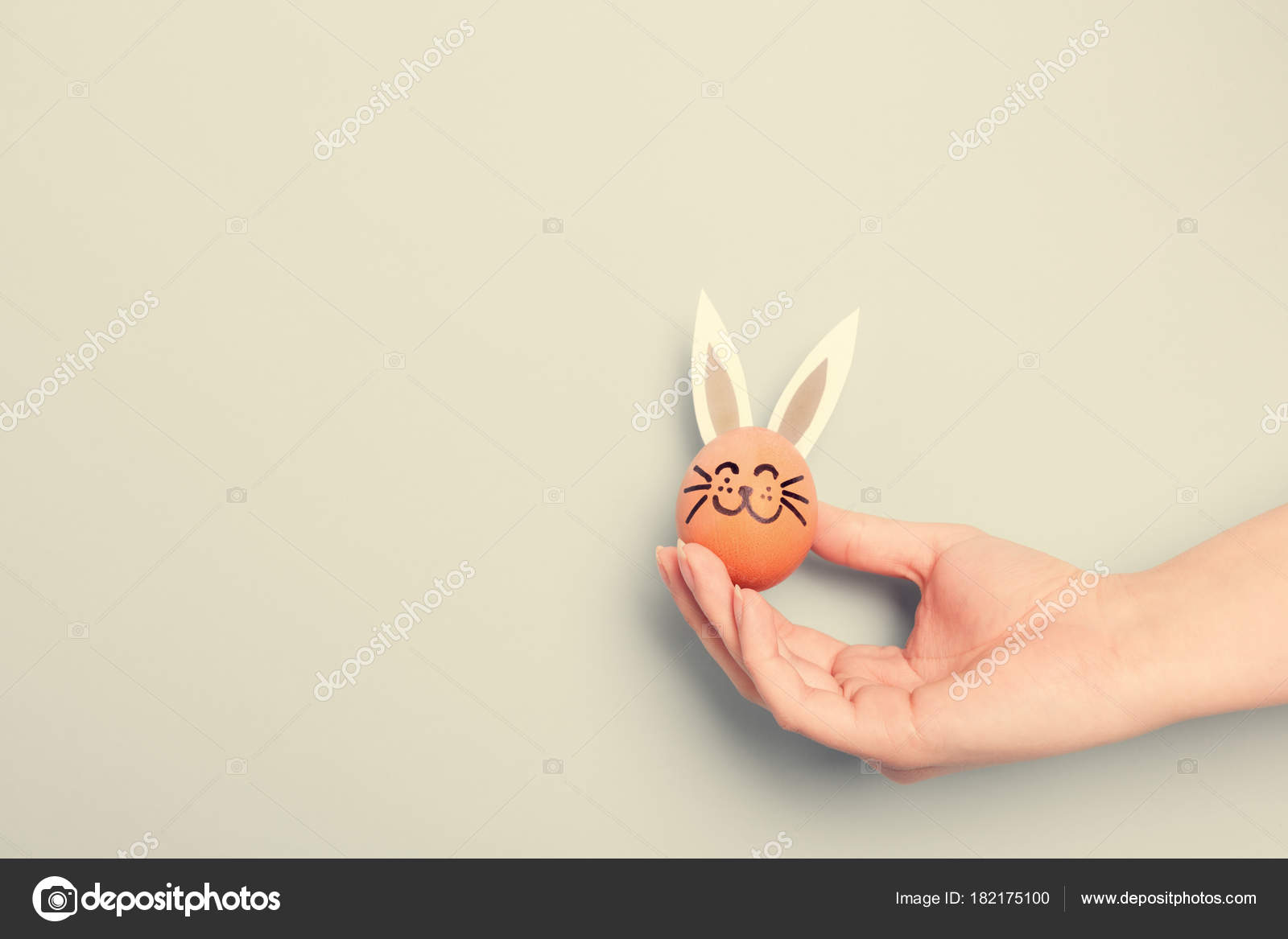 64fa887d888 Ένα Χέρι Που Κρατά Μικρή Λαγουδάκι Του Πάσχα Αυτιά Χαρτί– εικόνα αρχείου