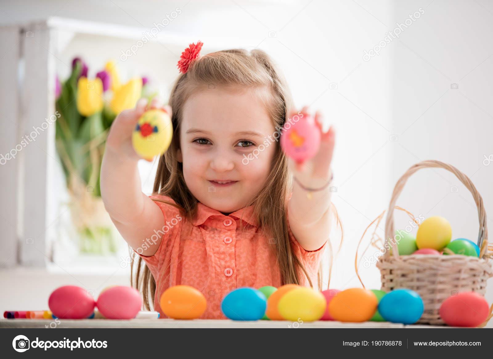Küçük Kız Renkli Yumurta Boyaması Gösterilen Stok Foto Photocreo