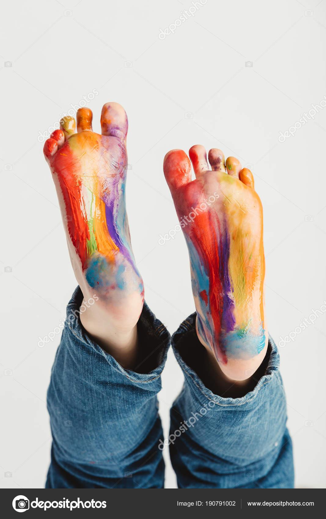 Pies Niño Pintados Colores Del Arco Iris — Fotos de Stock ...