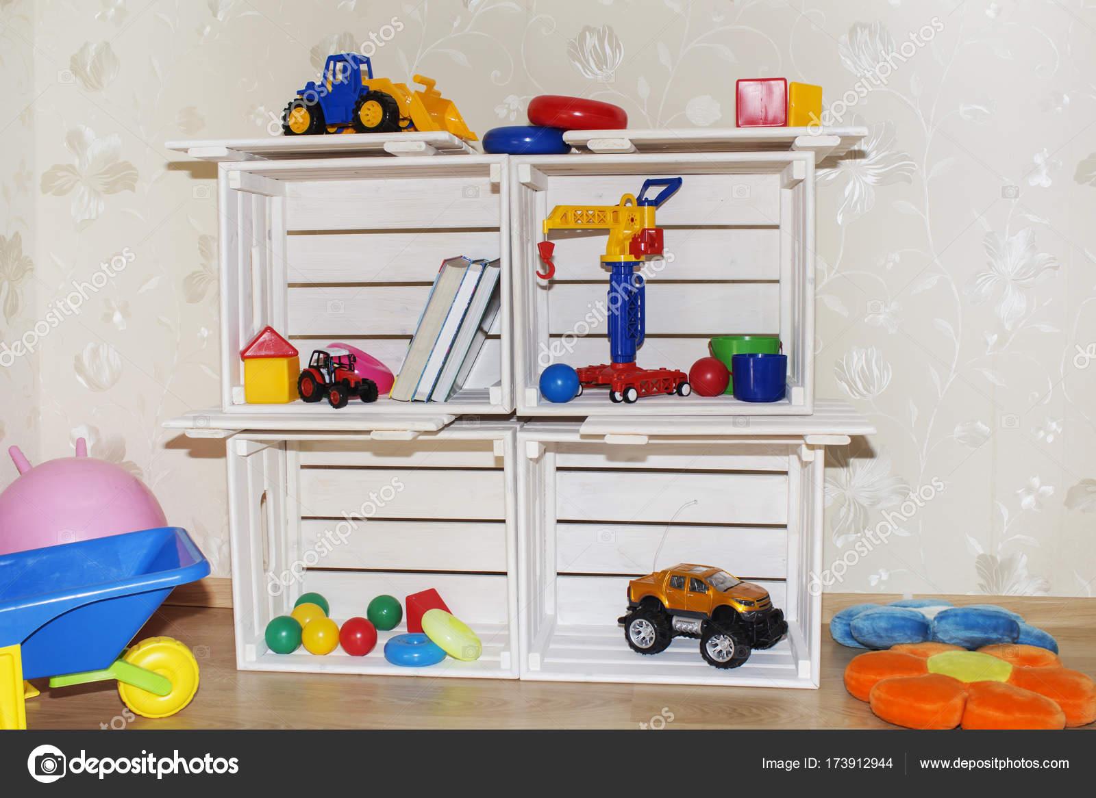 Camera dei bambini carta da parati e casse di legno in un for Carta da parati camera ragazzi