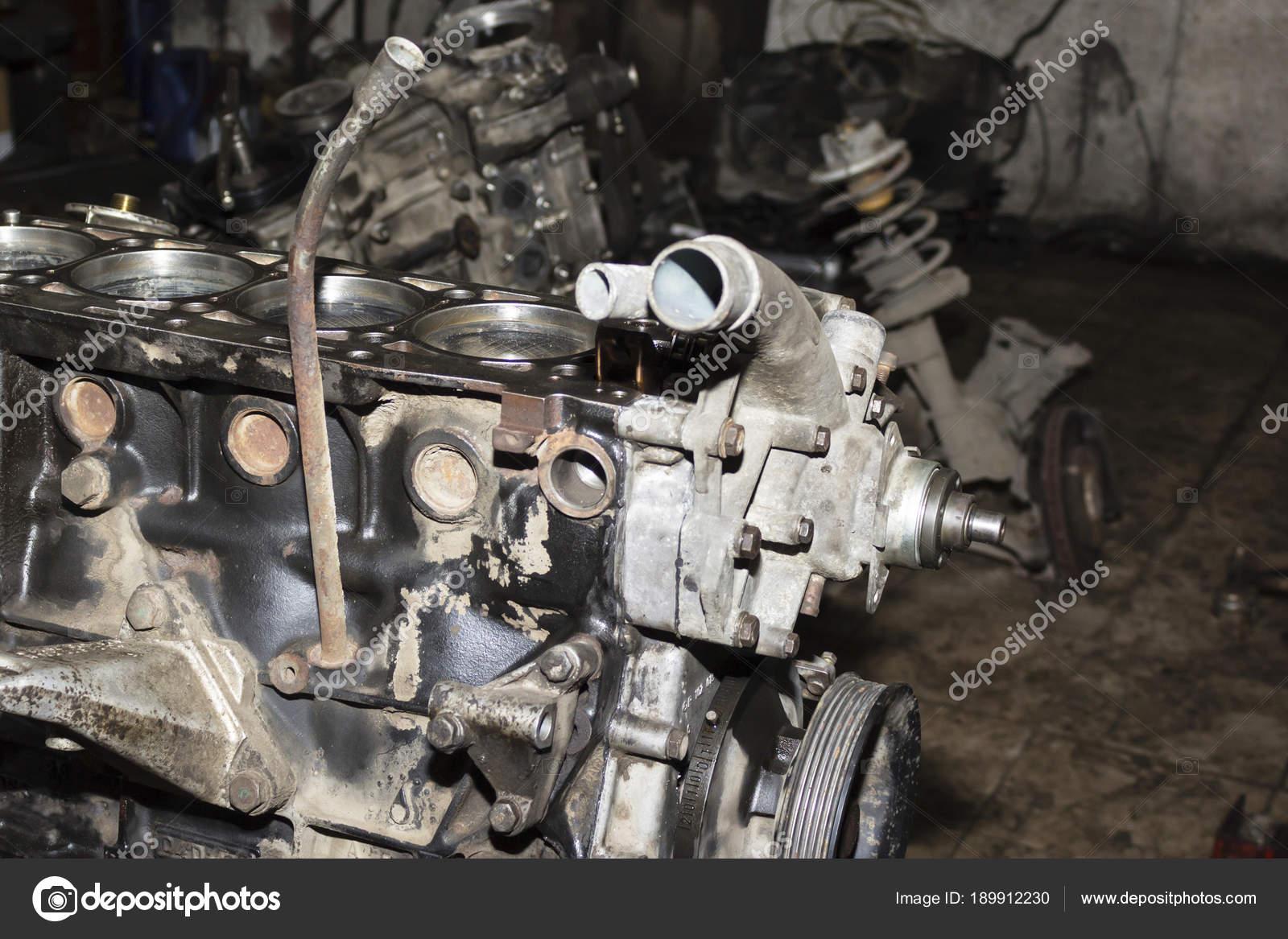 Zerlegt Auto schmutzig Motor Nahaufnahme, Motorteile an Pkw-garage ...