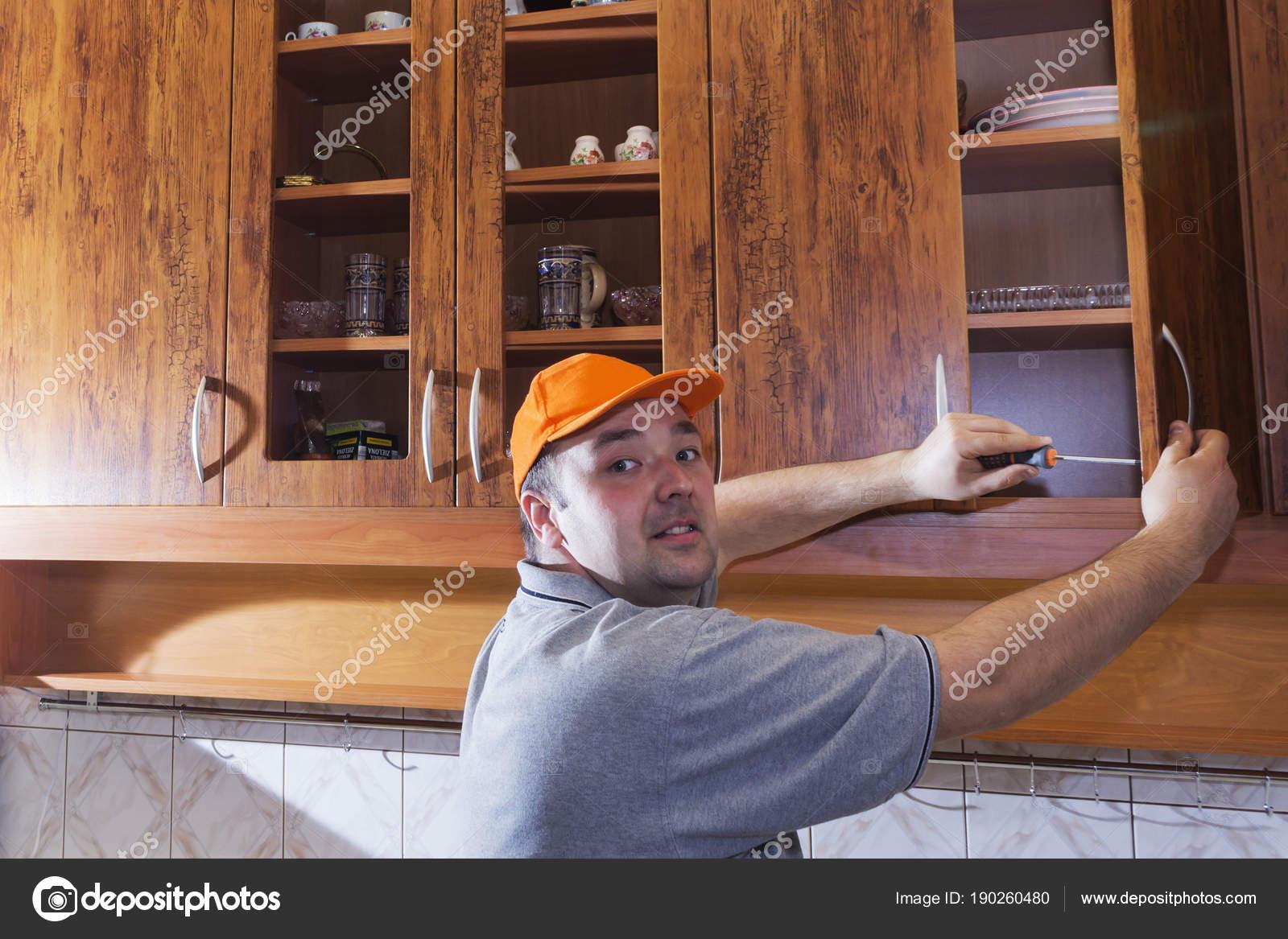 Joven, montaje de muebles de cocina — Fotos de Stock © mihail39 ...