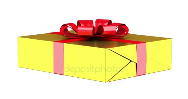 Dárková krabice s červenou stužkou a luk smyčky otočit na bílém pozadí