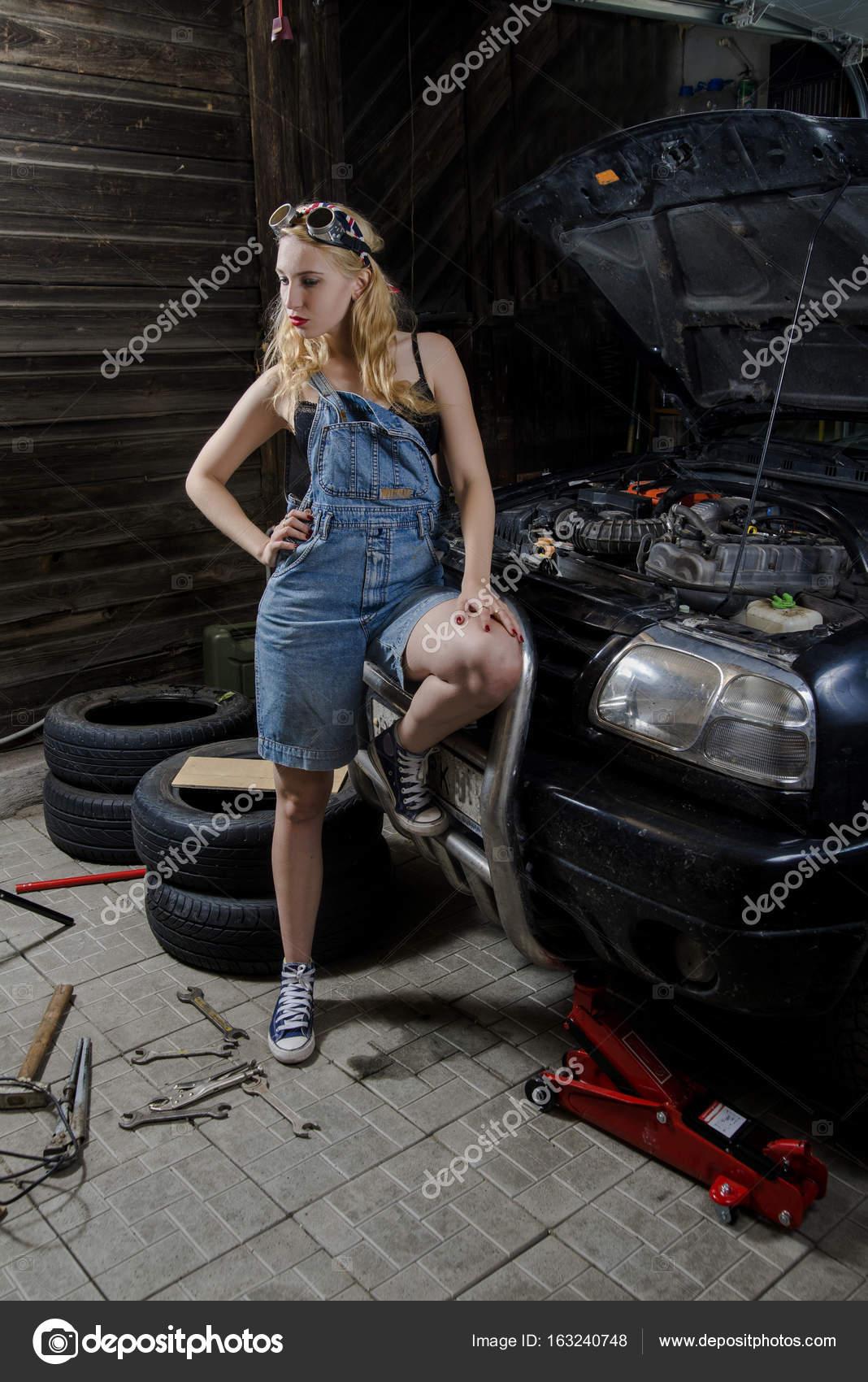 Fotos mujeres en carros deportivos mujer en el garaje - Garaje de coches ...