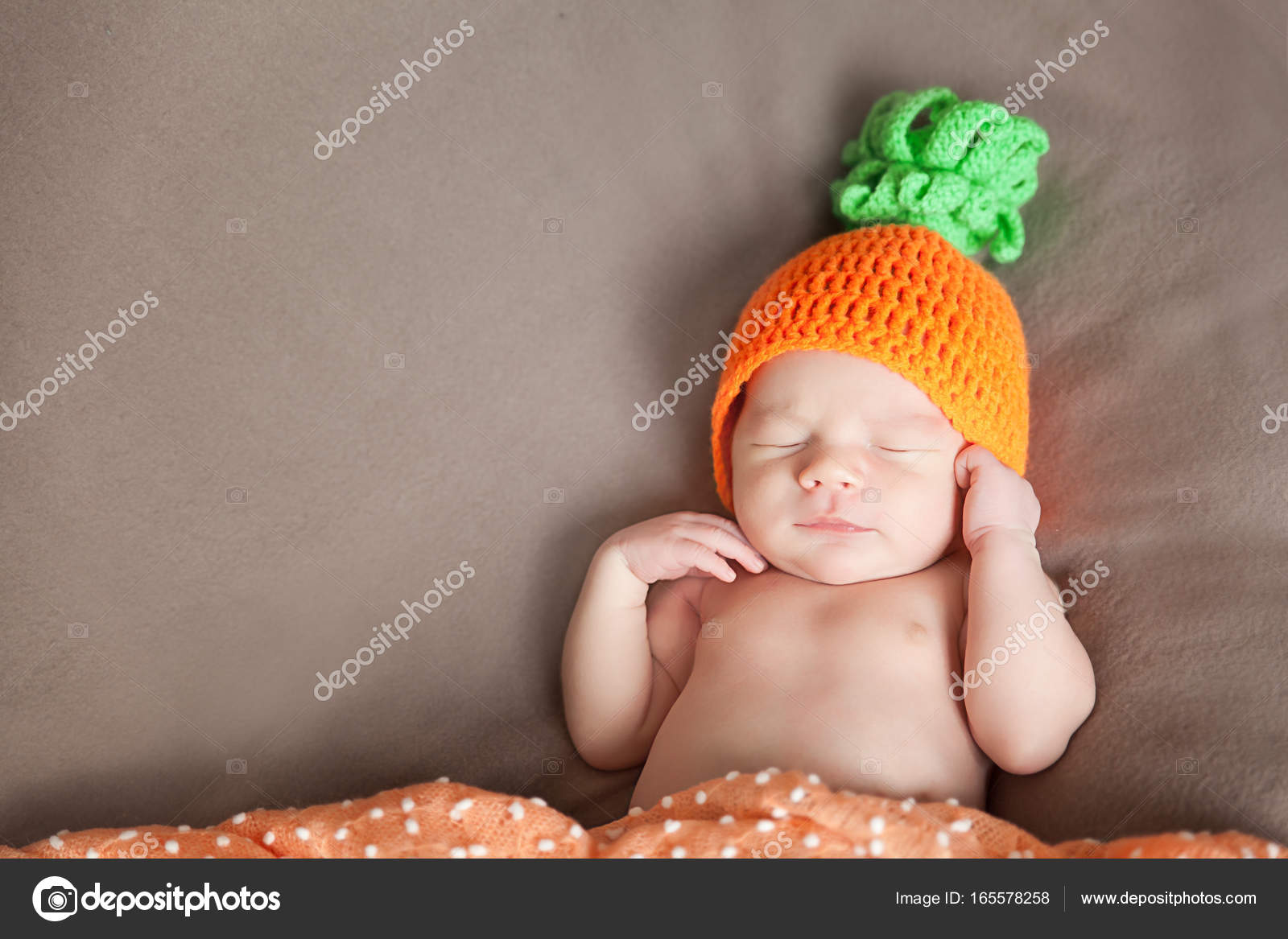 Bambino appena nato addormentato in una carota a maglia o il costume da  zucca — Foto di gorchichko 66d8836d0234