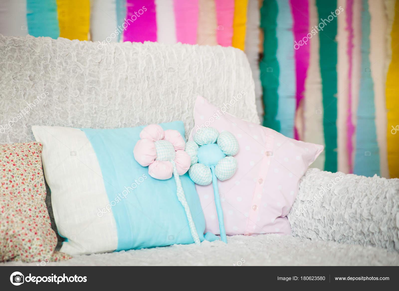 457edcffd Bom pastel travesseiros e têxtil flores com listras coloridas no fundo.  Decoração de Páscoa — Foto de gorchichko