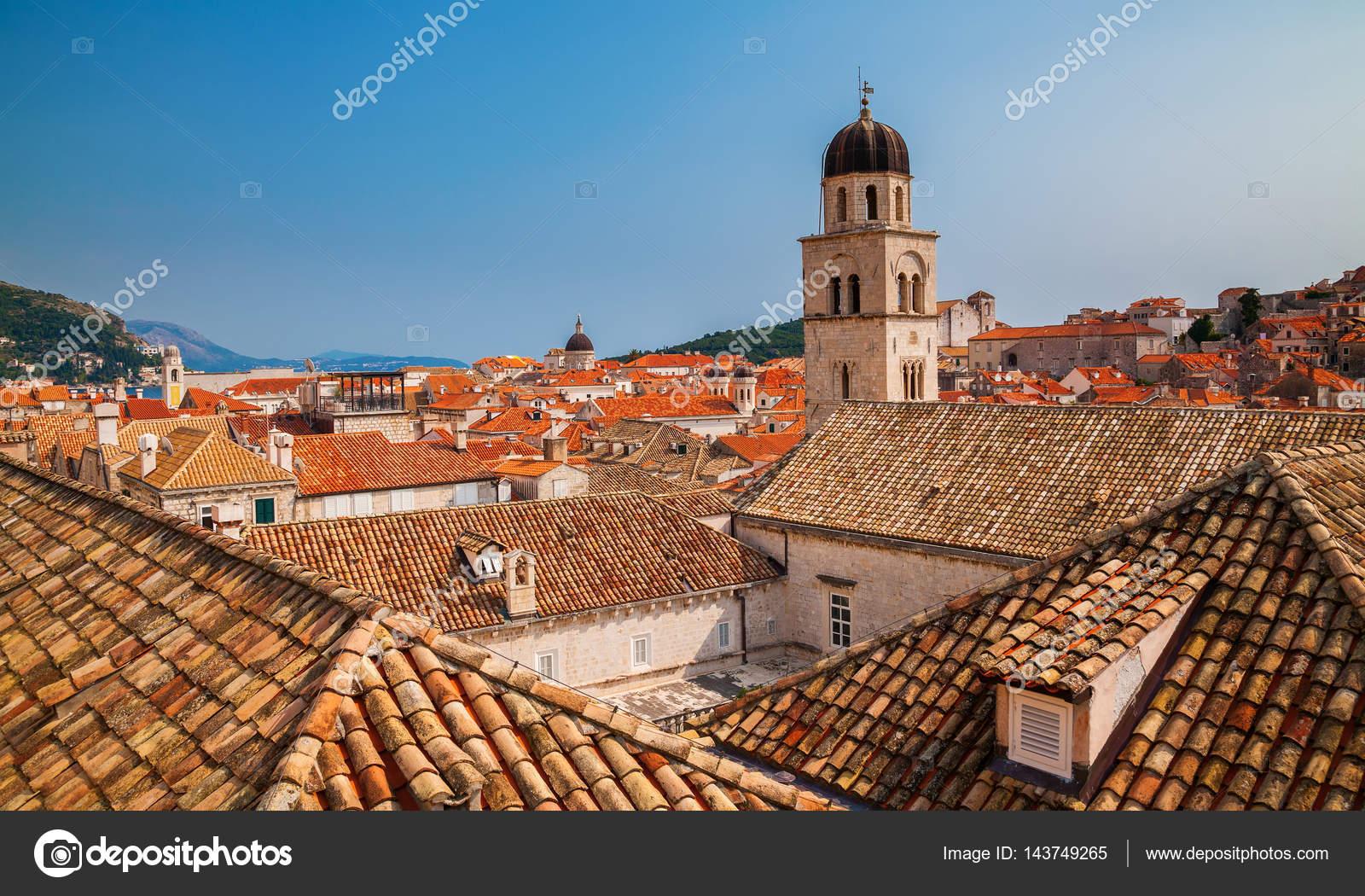 Daken met rode tegels in de oude stad van dubrovnik u stockfoto