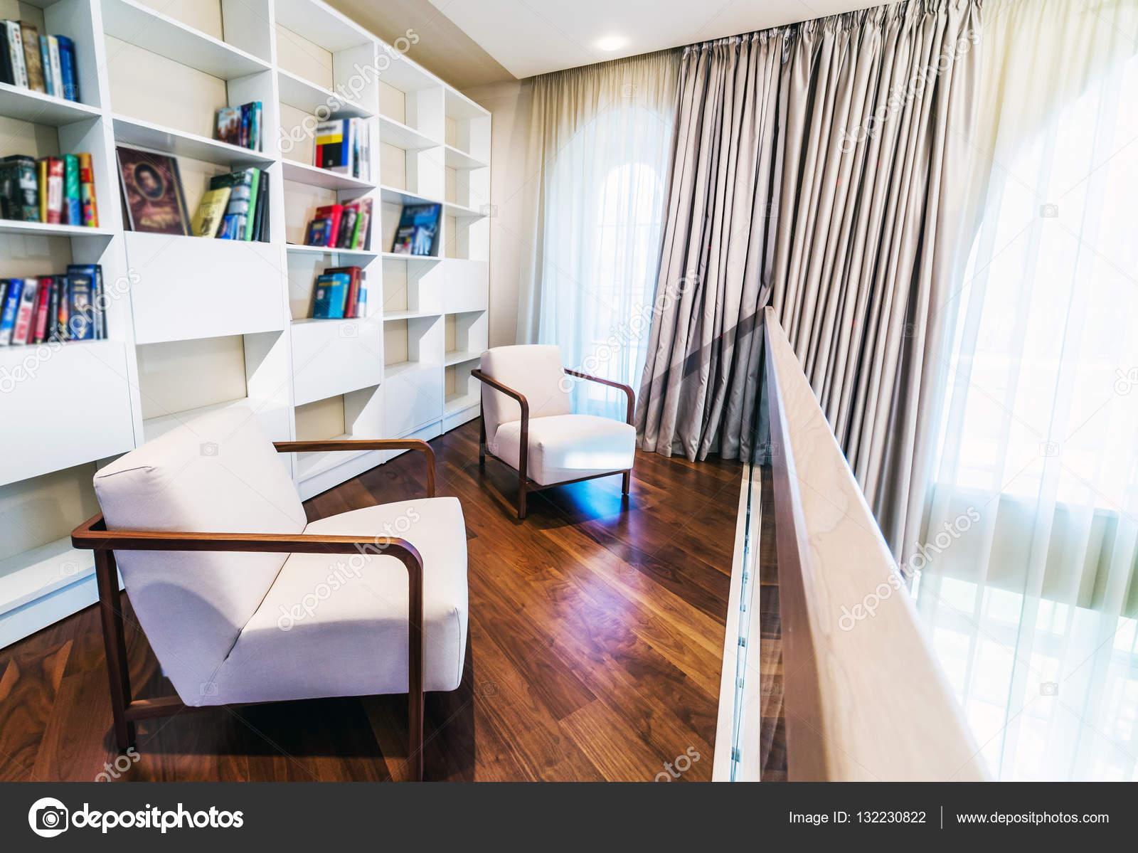 lezen van kamer interieur in beige kleur stockfoto