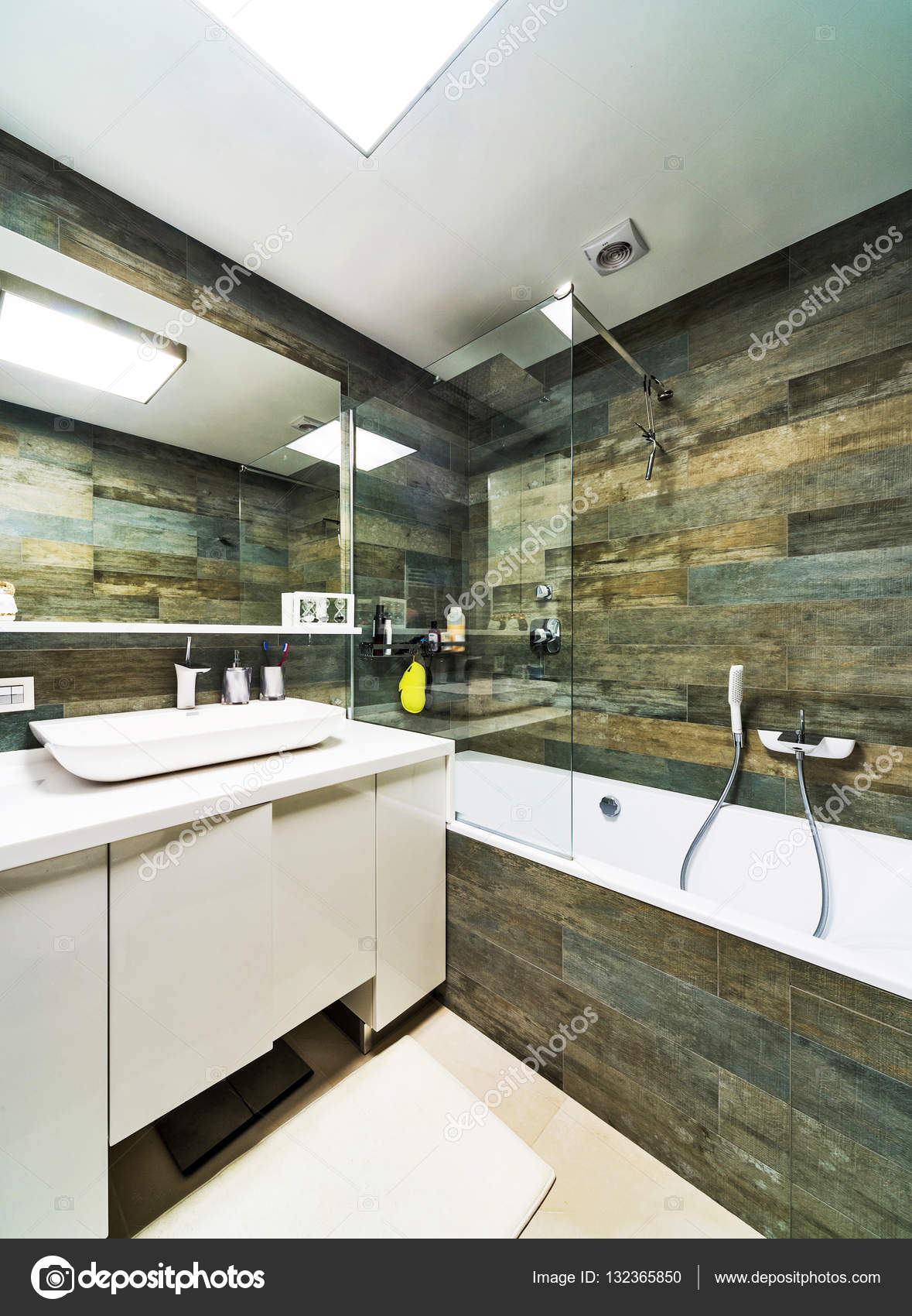 modernes Haus Badezimmer Interieur — Stockfoto © baburkina #132365850