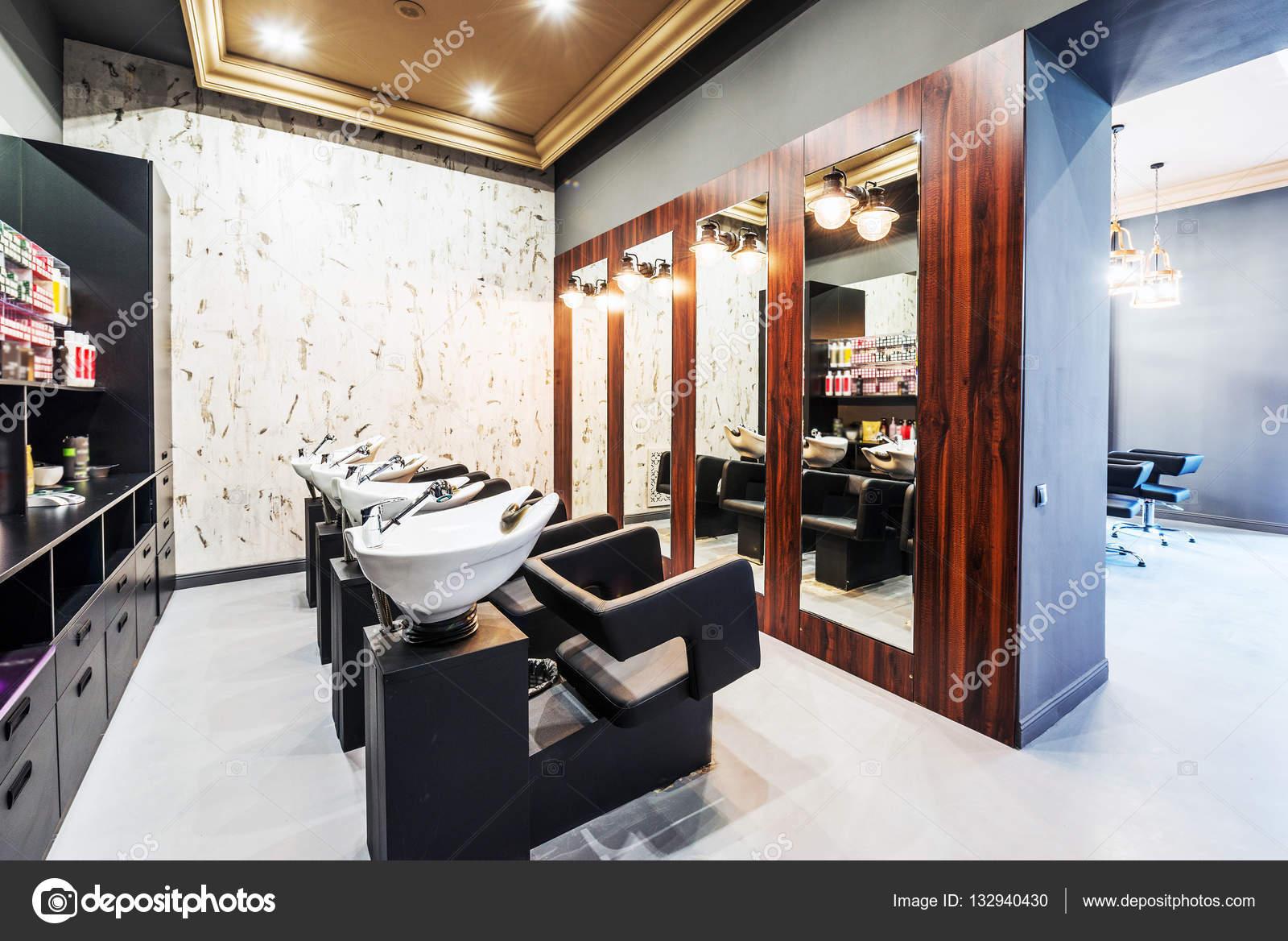 https://st3.depositphotos.com/1004176/13294/i/1600/depositphotos_132940430-stockafbeelding-schoonheidssalon-interieur-een-rij-van.jpg