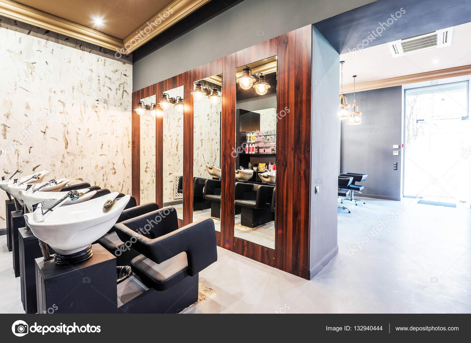 Schoonheidssalon interieur - een rij van haren wassen putten ...