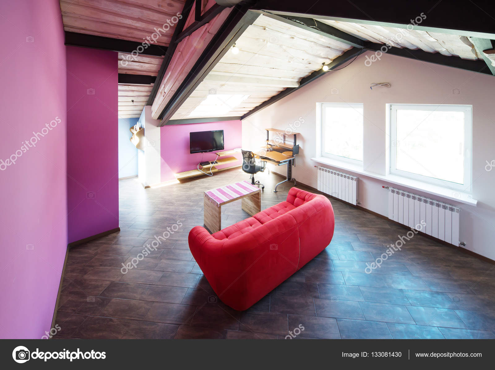 AuBergewohnlich Kleines Wohnzimmer Interieur Und Loft Im Neuen Zuhause Mit Schrägen Dach U2014  Stockfoto