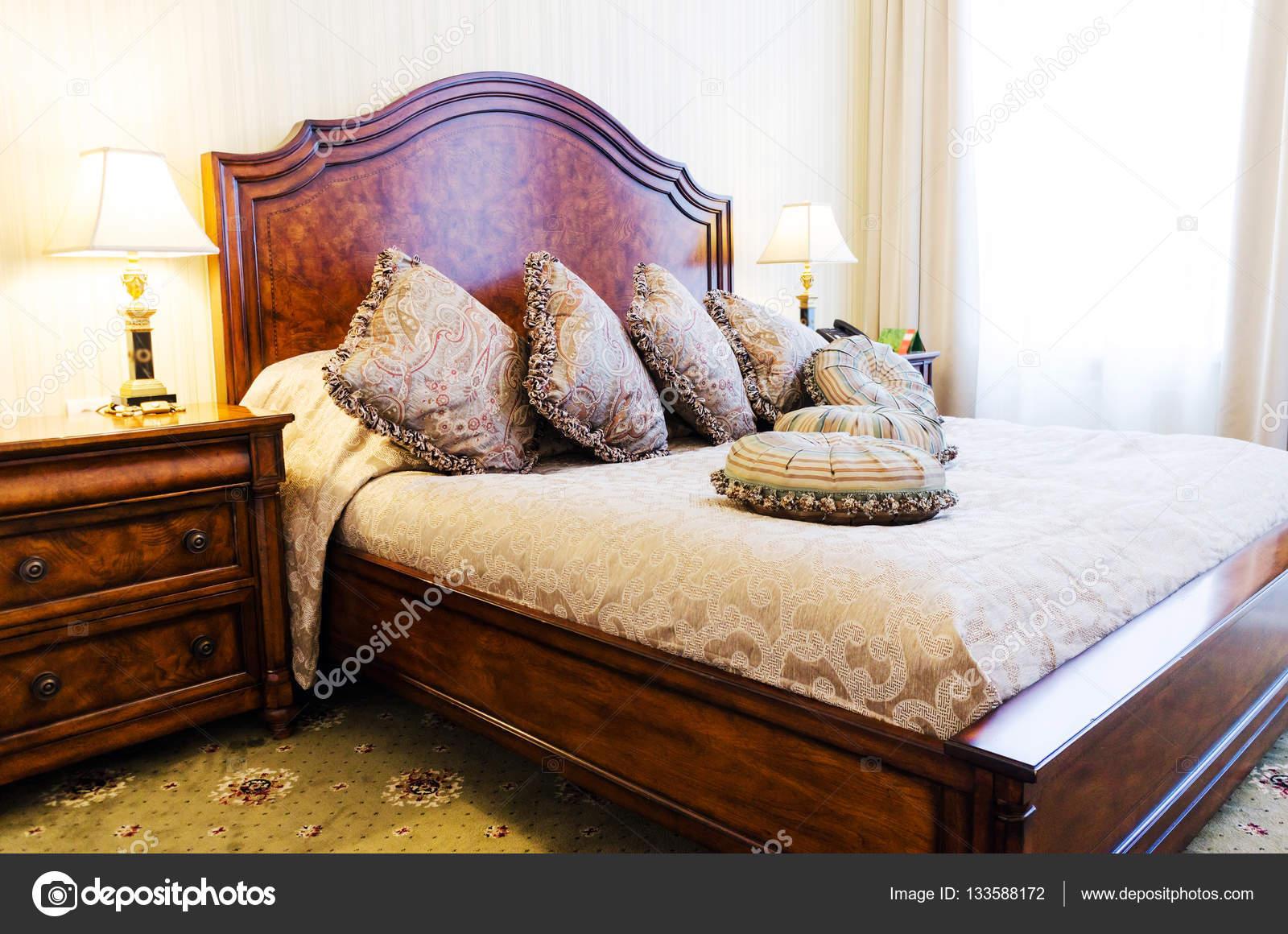 King-Size-Bett mit Kissen in Luxus Schlafzimmer — Stockfoto ...