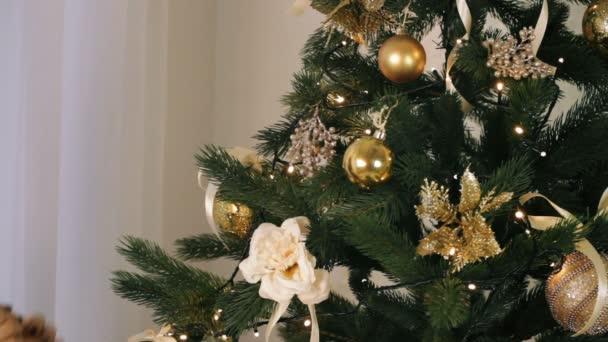 krásná žena zdobí vánoční strom