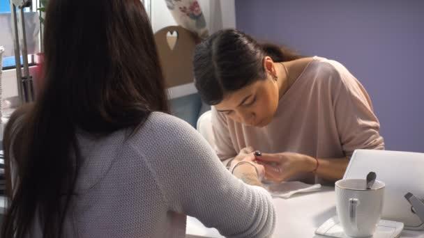 Žena manikúra master dělají manikúru