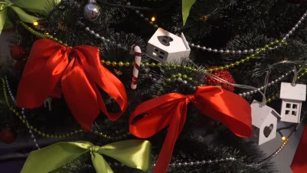 Vánoční strom s ručně vyráběné hračky