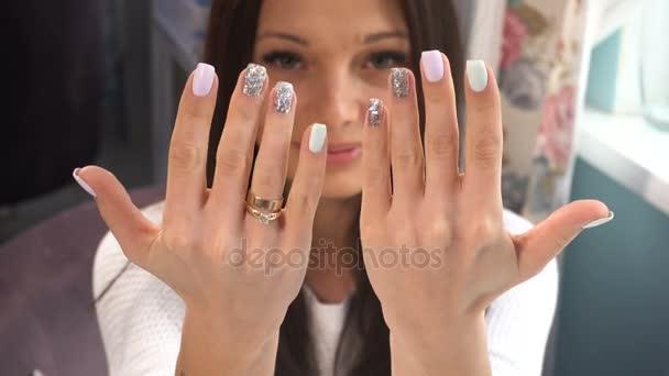 Krása ženy ukazují její ruce s manikúra