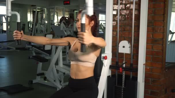 Fit žena dělá cvičení na hrudi