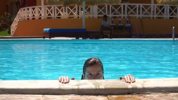 Žena v létě v bazénu blue