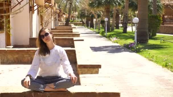 Móda žena sedí v tropických resort