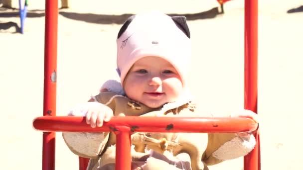 Usmívající se Rozkošná holčička na houpačce v slowmo